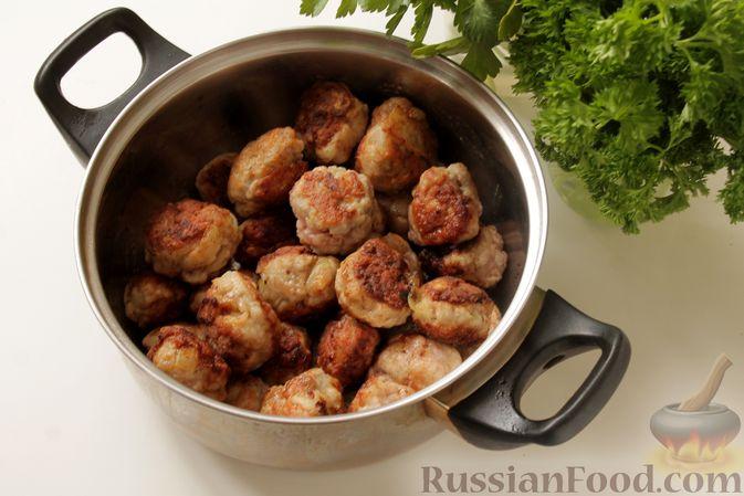Фото приготовления рецепта: Мясные тефтели в томатно-грибном соусе - шаг №7