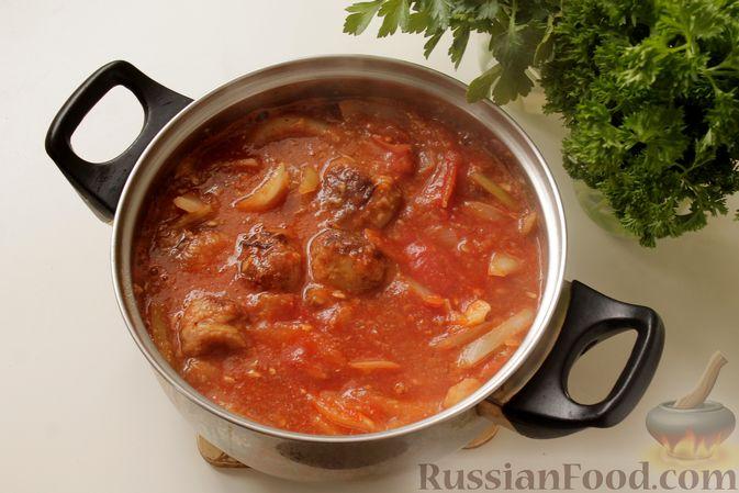Фото приготовления рецепта: Мясные тефтели в томатно-грибном соусе - шаг №13