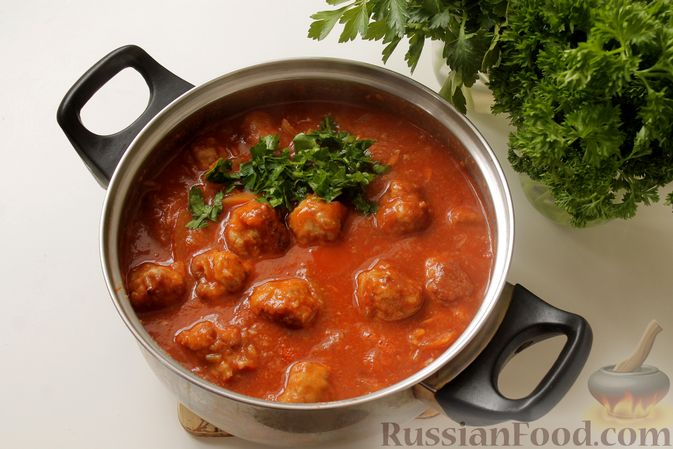 Фото приготовления рецепта: Мясные тефтели в томатно-грибном соусе - шаг №14