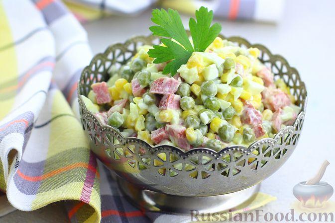 Фото к рецепту: Салат с колбасой, консервированным зелёным горошком, кукурузой и яйцами