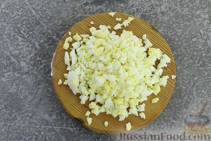 Фото приготовления рецепта: Салат с колбасой, консервированным зелёным горошком, кукурузой и яйцами - шаг №3