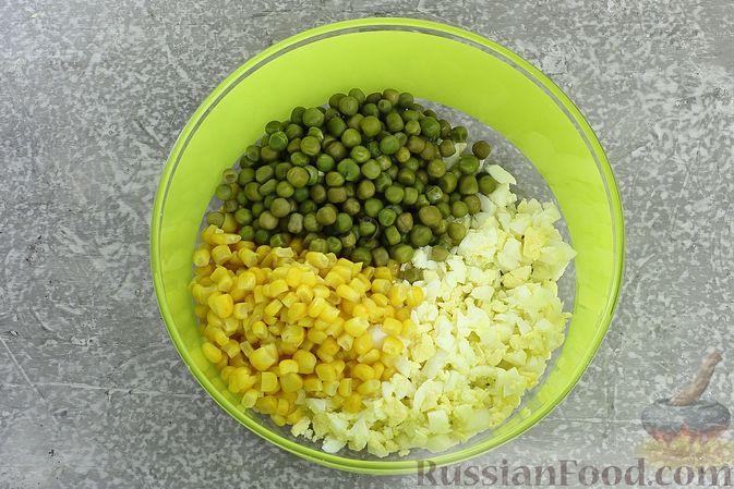 Фото приготовления рецепта: Салат с колбасой, консервированным зелёным горошком, кукурузой и яйцами - шаг №4