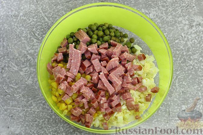 Фото приготовления рецепта: Салат с колбасой, консервированным зелёным горошком, кукурузой и яйцами - шаг №5