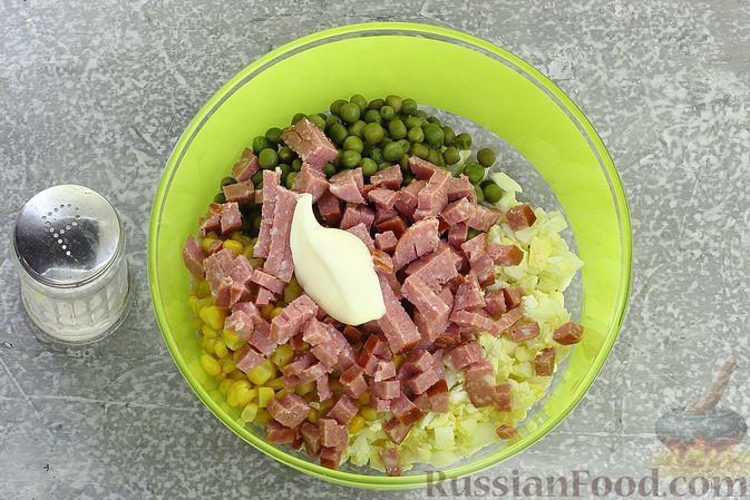Фото приготовления рецепта: Салат с колбасой, консервированным зелёным горошком, кукурузой и яйцами - шаг №6