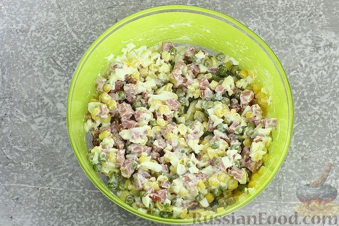 Фото приготовления рецепта: Салат с колбасой, консервированным зелёным горошком, кукурузой и яйцами - шаг №7