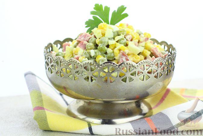 Фото приготовления рецепта: Салат с колбасой, консервированным зелёным горошком, кукурузой и яйцами - шаг №8