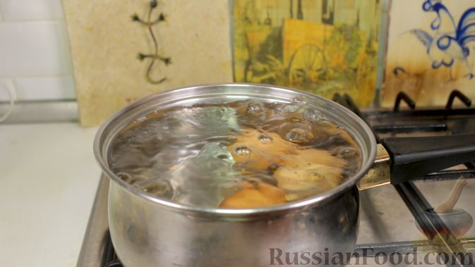 Фото приготовления рецепта: Салат с тунцом, огурцами и кукурузой - шаг №1