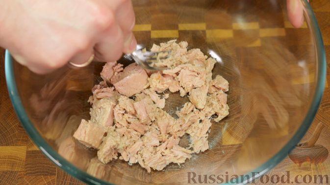 Фото приготовления рецепта: Салат с тунцом, огурцами и кукурузой - шаг №2