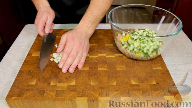 Фото приготовления рецепта: Салат с тунцом, огурцами и кукурузой - шаг №3