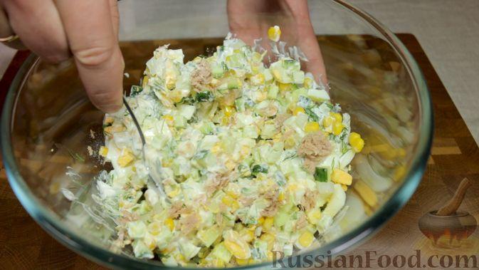 Фото приготовления рецепта: Салат с тунцом, огурцами и кукурузой - шаг №5