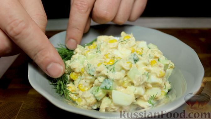 Фото приготовления рецепта: Салат с тунцом, огурцами и кукурузой - шаг №6