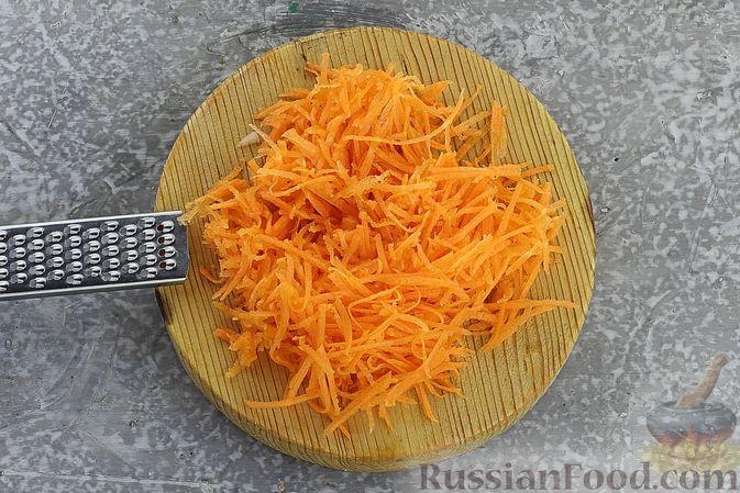 Фото приготовления рецепта: Салат с кукурузой, морковью и сухариками - шаг №6