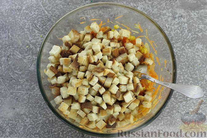 Фото приготовления рецепта: Салат с кукурузой, морковью и сухариками - шаг №8