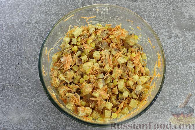 Фото приготовления рецепта: Салат с кукурузой, морковью и сухариками - шаг №10