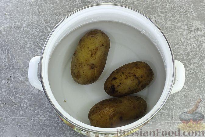 Фото приготовления рецепта: Салат с курицей, картофелем, пекинской капустой и солёными огурцами - шаг №4