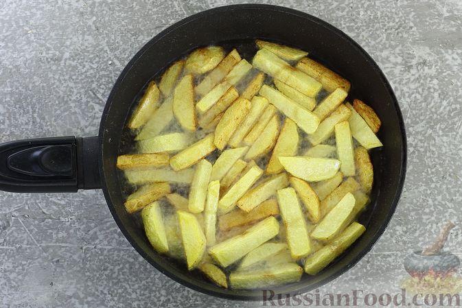 Фото приготовления рецепта: Салат с курицей, картофелем, пекинской капустой и солёными огурцами - шаг №6