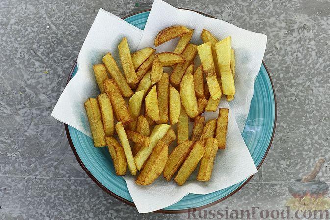 Фото приготовления рецепта: Салат с курицей, картофелем, пекинской капустой и солёными огурцами - шаг №7