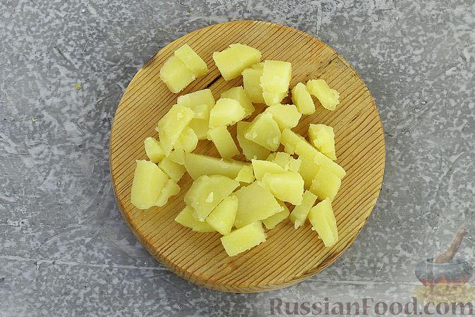 Фото приготовления рецепта: Салат с курицей, картофелем, пекинской капустой и солёными огурцами - шаг №8