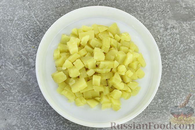 Фото приготовления рецепта: Салат с курицей, картофелем, пекинской капустой и солёными огурцами - шаг №9