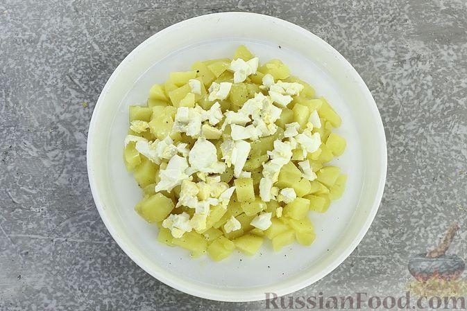 Фото приготовления рецепта: Салат с курицей, картофелем, пекинской капустой и солёными огурцами - шаг №11