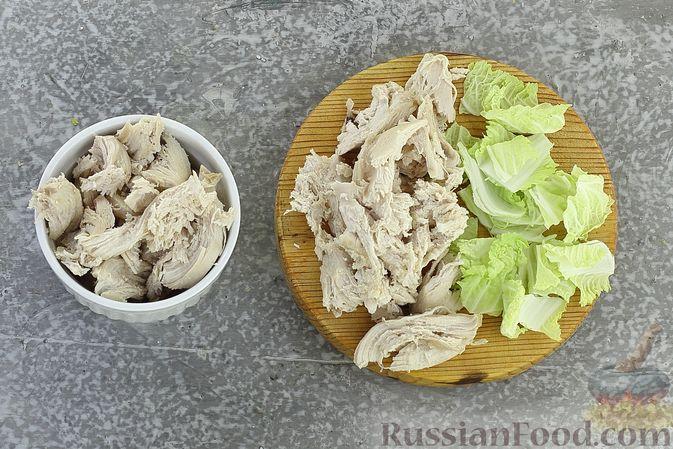 Фото приготовления рецепта: Салат с курицей, картофелем, пекинской капустой и солёными огурцами - шаг №12