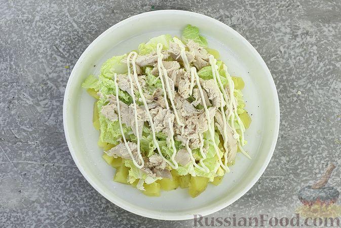 Фото приготовления рецепта: Салат с курицей, картофелем, пекинской капустой и солёными огурцами - шаг №13