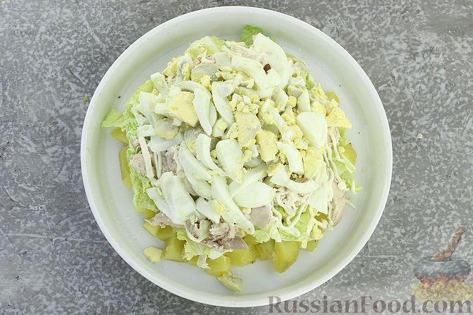 Фото приготовления рецепта: Салат с курицей, картофелем, пекинской капустой и солёными огурцами - шаг №14