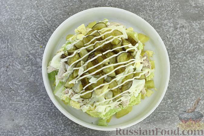 Фото приготовления рецепта: Салат с курицей, картофелем, пекинской капустой и солёными огурцами - шаг №16