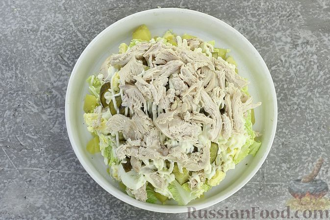 Фото приготовления рецепта: Салат с курицей, картофелем, пекинской капустой и солёными огурцами - шаг №17