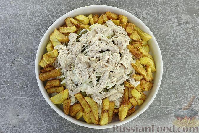 Фото приготовления рецепта: Салат с курицей, картофелем, пекинской капустой и солёными огурцами - шаг №18