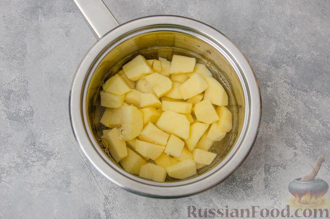 Фото приготовления рецепта: Картофельные котлеты с консервированным тунцом, кукурузой и цедрой - шаг №2