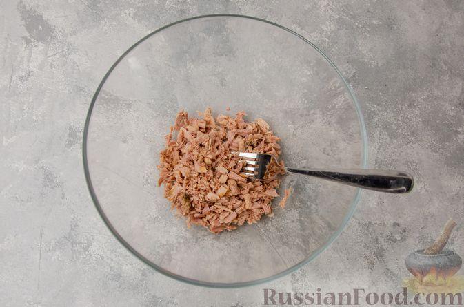 Фото приготовления рецепта: Картофельные котлеты с консервированным тунцом, кукурузой и цедрой - шаг №5