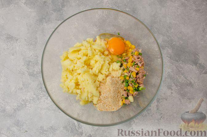 Фото приготовления рецепта: Картофельные котлеты с консервированным тунцом, кукурузой и цедрой - шаг №6