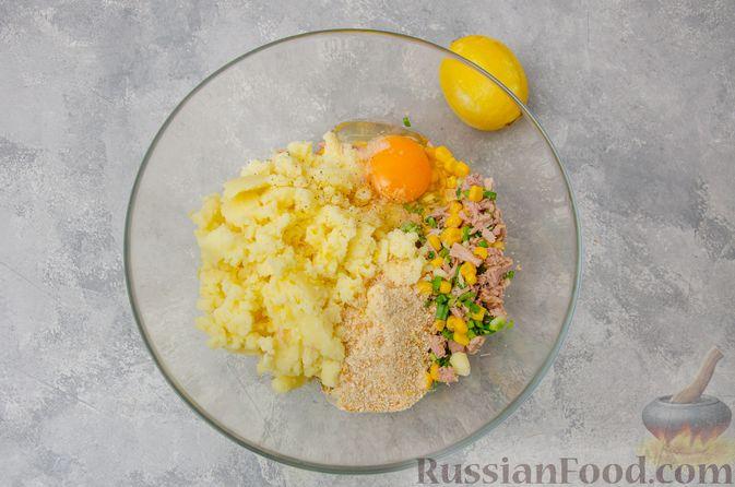 Фото приготовления рецепта: Картофельные котлеты с консервированным тунцом, кукурузой и цедрой - шаг №7