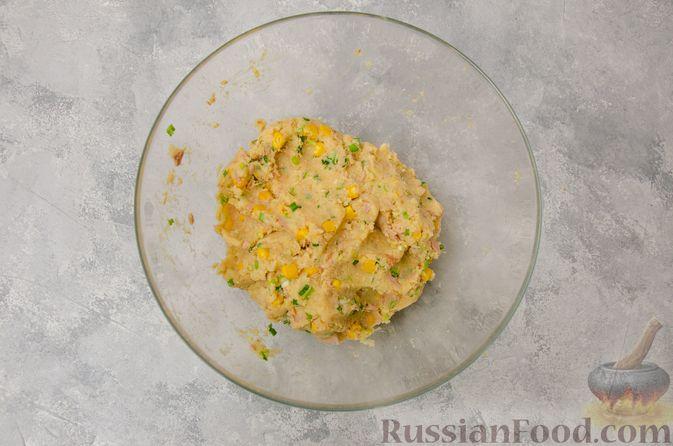 Фото приготовления рецепта: Картофельные котлеты с консервированным тунцом, кукурузой и цедрой - шаг №8
