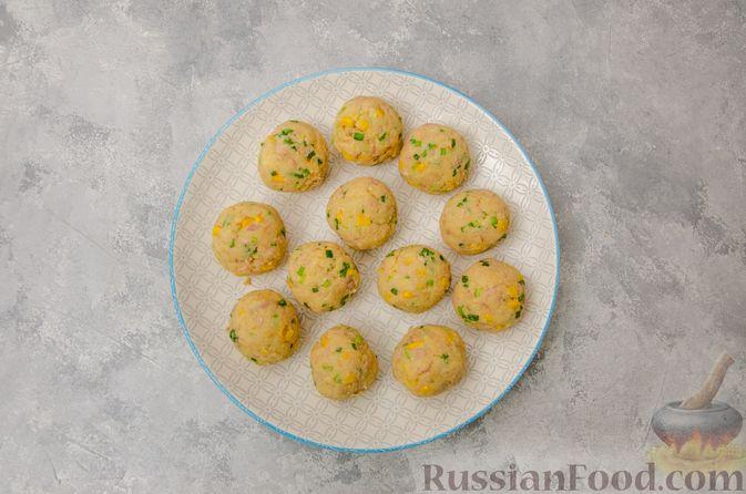 Фото приготовления рецепта: Картофельные котлеты с консервированным тунцом, кукурузой и цедрой - шаг №9