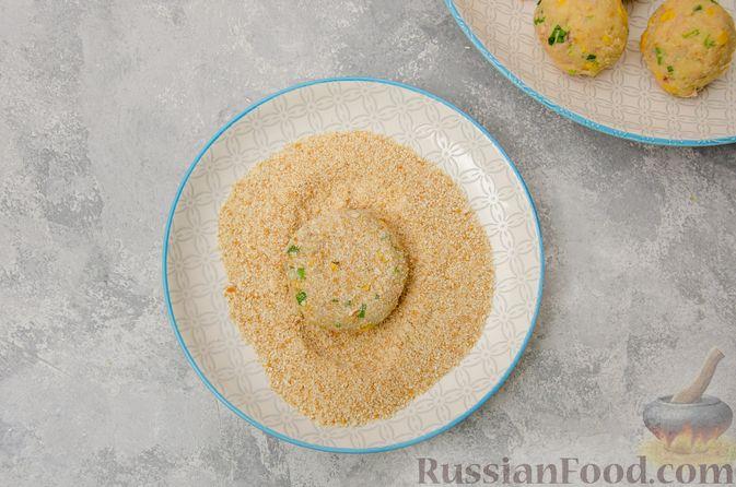Фото приготовления рецепта: Картофельные котлеты с консервированным тунцом, кукурузой и цедрой - шаг №10