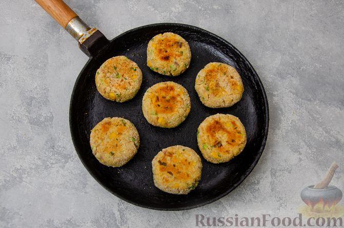 Фото приготовления рецепта: Картофельные котлеты с консервированным тунцом, кукурузой и цедрой - шаг №11