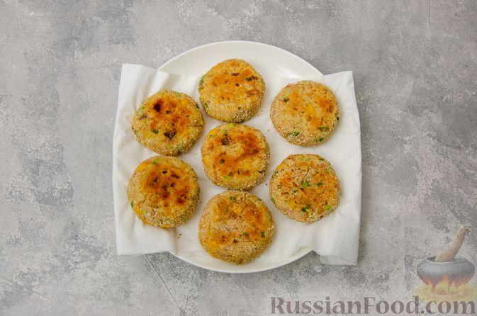 Фото приготовления рецепта: Картофельные котлеты с консервированным тунцом, кукурузой и цедрой - шаг №12