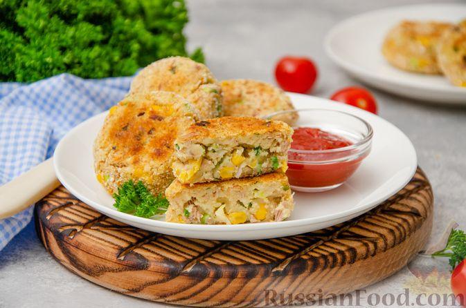 Фото приготовления рецепта: Картофельные котлеты с консервированным тунцом, кукурузой и цедрой - шаг №13
