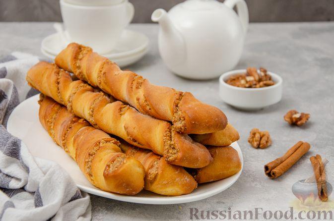 Фото к рецепту: Сладкие хлебные палочки с орехами и корицей
