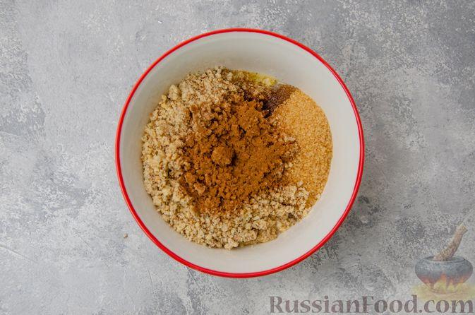 Фото приготовления рецепта: Сладкие хлебные палочки с орехами и корицей - шаг №10