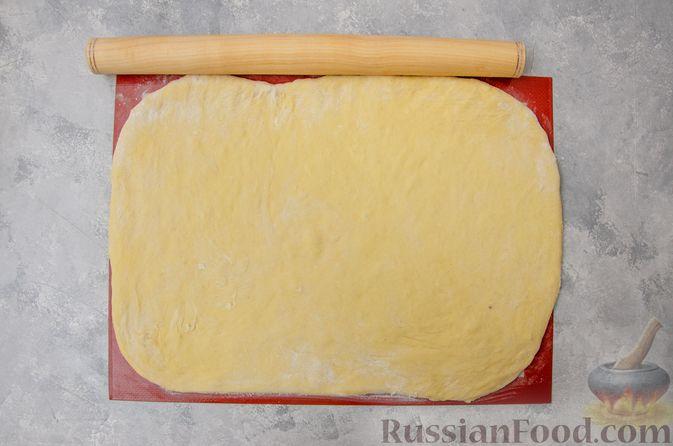 Фото приготовления рецепта: Сладкие хлебные палочки с орехами и корицей - шаг №12