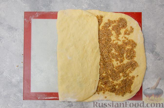 Фото приготовления рецепта: Сладкие хлебные палочки с орехами и корицей - шаг №14