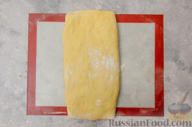 Фото приготовления рецепта: Сладкие хлебные палочки с орехами и корицей - шаг №15