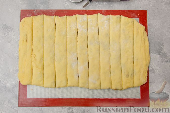 Фото приготовления рецепта: Сладкие хлебные палочки с орехами и корицей - шаг №17