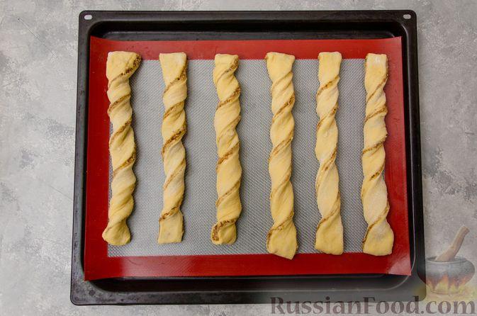 Фото приготовления рецепта: Сладкие хлебные палочки с орехами и корицей - шаг №18