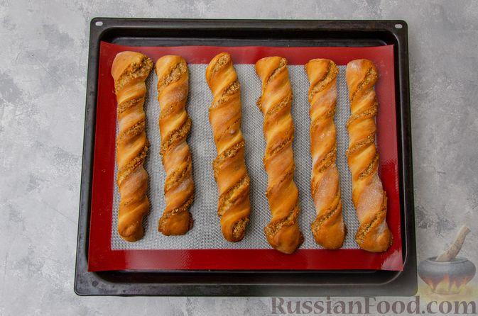 Фото приготовления рецепта: Сладкие хлебные палочки с орехами и корицей - шаг №19