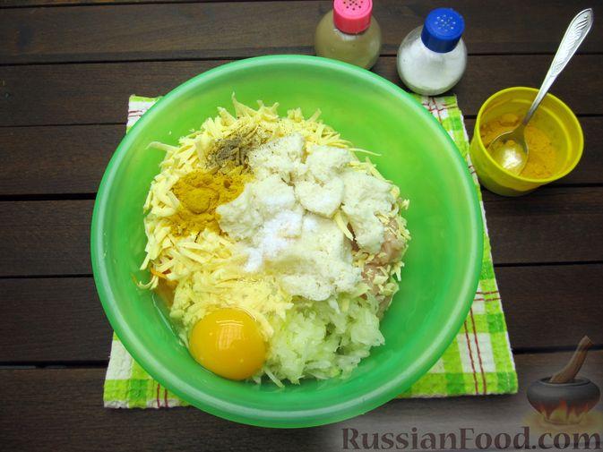 Фото приготовления рецепта: Куриные котлеты с морковью и сыром - шаг №7
