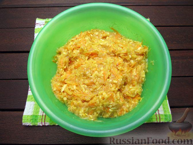 Фото приготовления рецепта: Куриные котлеты с морковью и сыром - шаг №8